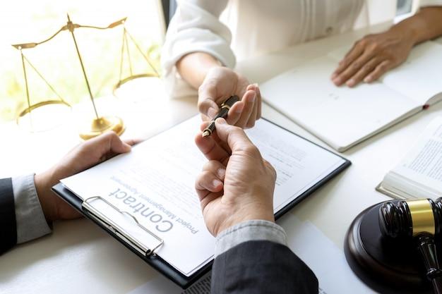 Juge ou avocat parlant avec l'équipe ou le client