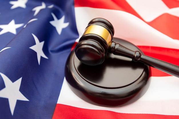 Juge en bois marteau drapeau usa comme arrière-plan, photo concept sur la justice aux usa