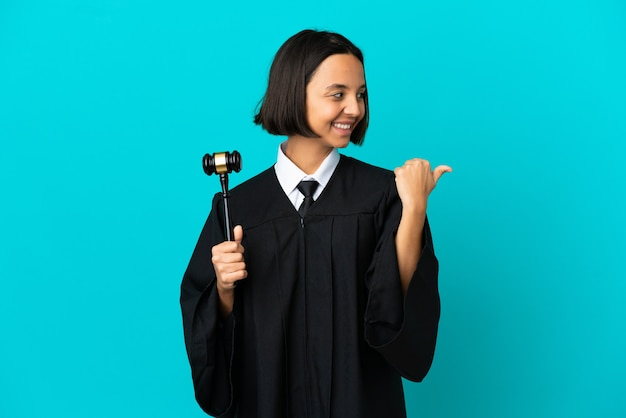 Juge sur fond bleu isolé pointant sur le côté pour présenter un produit