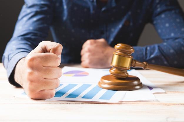 Le juge frappe la table avec son poing