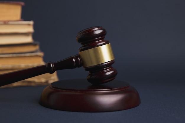 Le juge gavel avec des avocats de la justice ayant une réunion d'équipe dans un cabinet d'avocats en arrière-plan