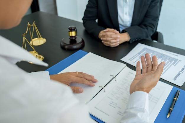 Le juge gavel avec des avocats de la justice ayant une réunion d'équipe dans un cabinet d'avocats. concepts de droit et services juridiques.