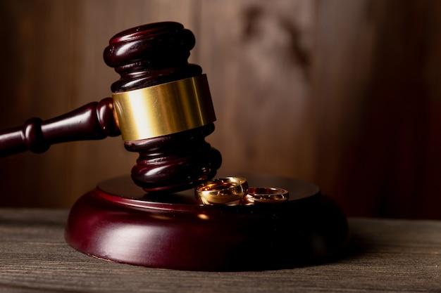 Juge gavel décidant du divorce du mariage.