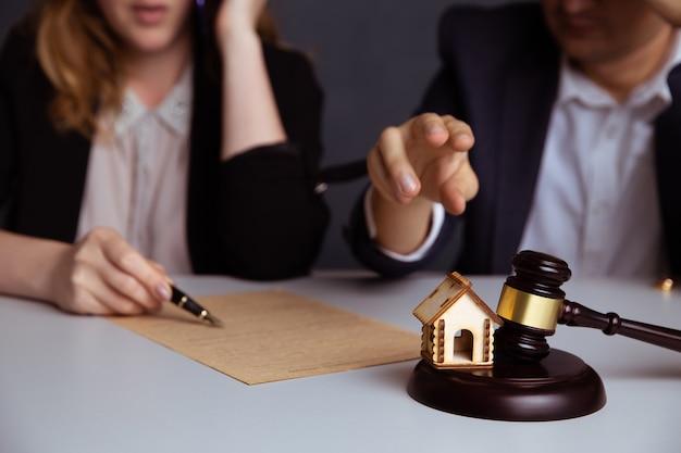 Le juge gavel décide du divorce du mariage