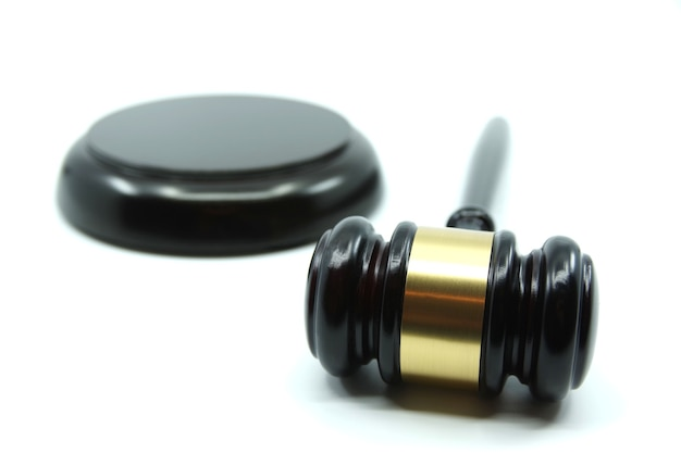 Juge gavel sur fond blanc. concept de justice. droit et justice.