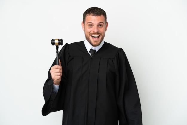 Juge homme caucasien isolé sur fond blanc avec une expression faciale surprise