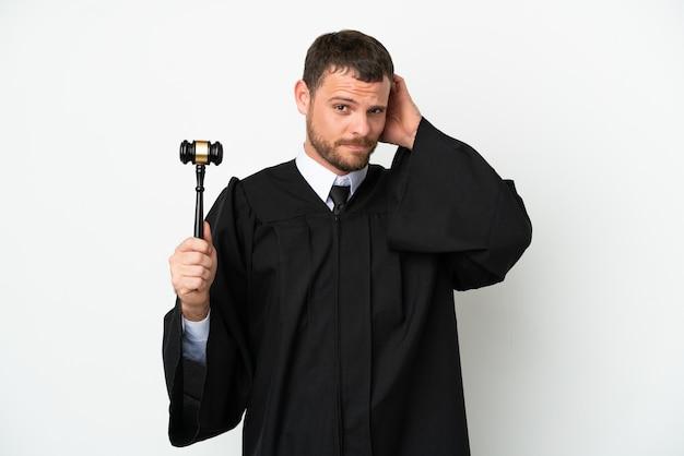 Juge homme de race blanche isolé sur fond blanc ayant des doutes