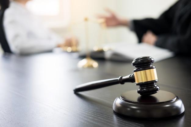 Juge marteau avec des avocats conseils juridiques dans un cabinet d'avocats en arrière-plan. concepts de droit, services.