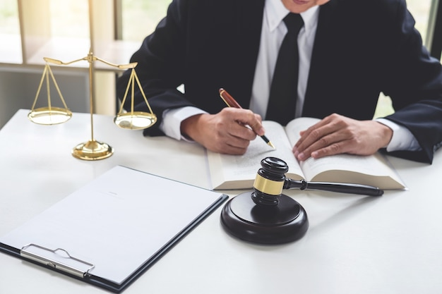 Juge marteau avec des avocats de la justice
