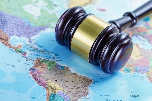 Le juge marteau sur la carte du monde.