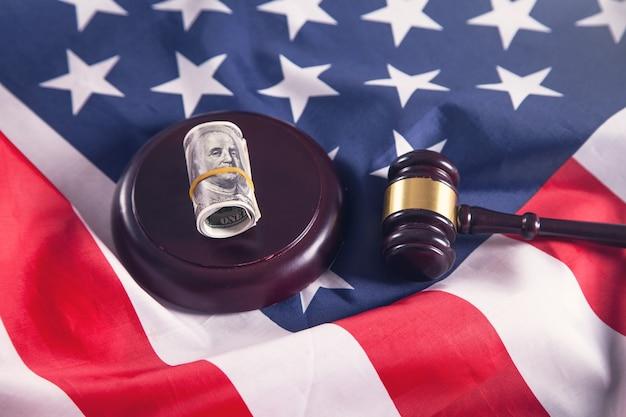 Juge marteau avec dollars et drapeau américain.