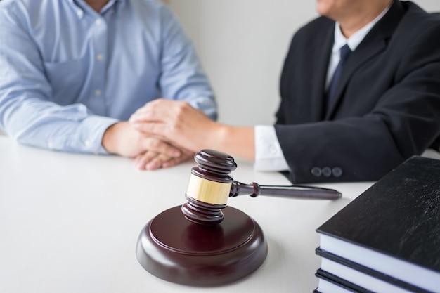 Juge marteau avec juristes conseil juridique au cabinet d'avocats en arrière-plan. concepts de droit, services