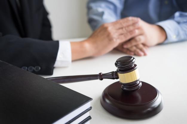 Juge marteau avec juristes conseils légaux au cabinet d'avocats en arrière-plan. concepts de droit, services
