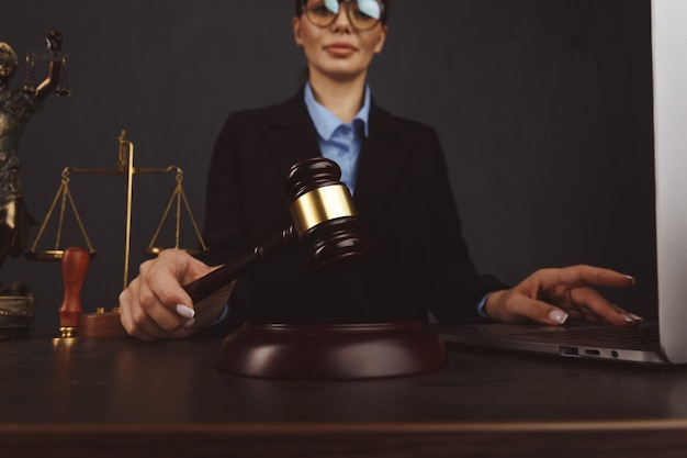 Juge marteau, les livres avec avocat ou avocat fournissent des conseils juridiques et réconfortants à ses clients en arrière-plan. droit du divorce, concept de droit de la famille.