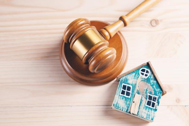 Juge marteau et maisons sur une table en bois