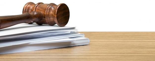 Juge marteau sur papier blanc et table