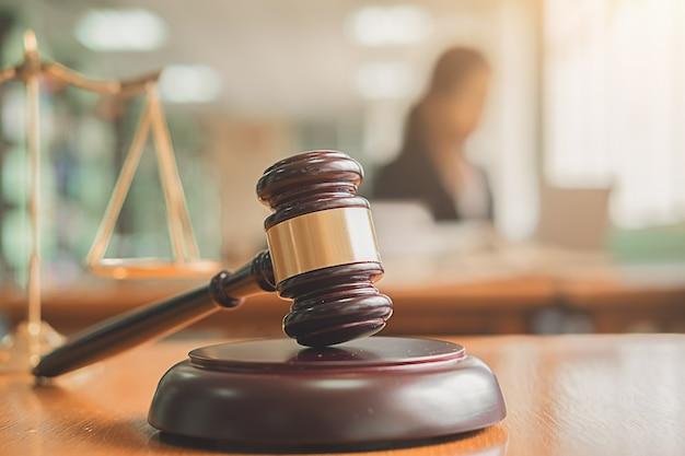 Le juge s'entretient avec des avocats de la justice ayant une réunion d'équipe au fond d'un cabinet d'avocats.