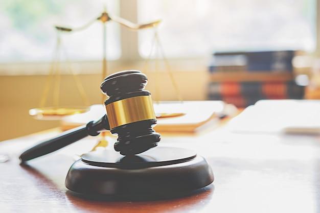 Juger le marteau avec des avocats de la justice ayant une réunion d'équipe au fond d'un cabinet d'avocats.