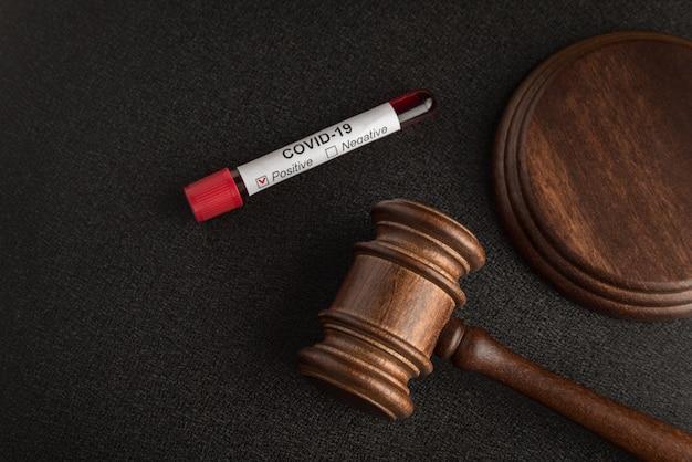Juges loi marteau ou maillet et tube de sang infecté covid 19