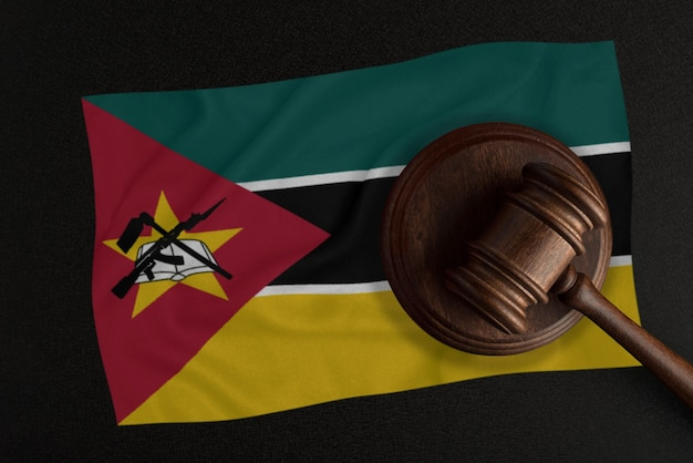 Les juges marteau et le drapeau du mozambique. droit et justice. loi constitutionnelle.