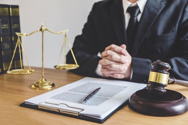 Jugez le marteau avec des avocats de la justice, un conseiller en procès ou un avocat travaillant sur des documents