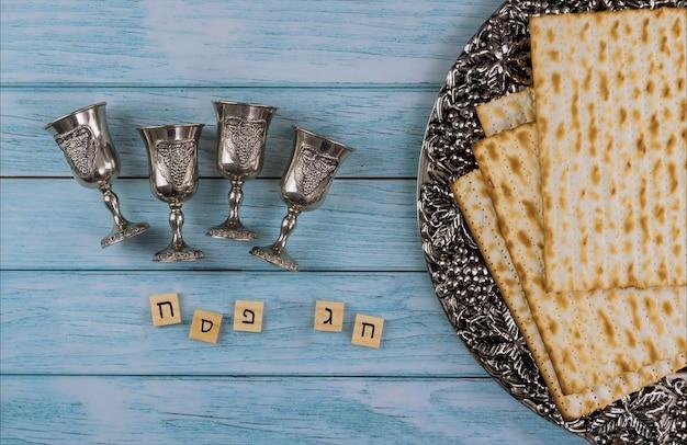 Juif orthodoxe préparé avec quatre tasses de vin casher matsa sur la pâque juive traditionnelle