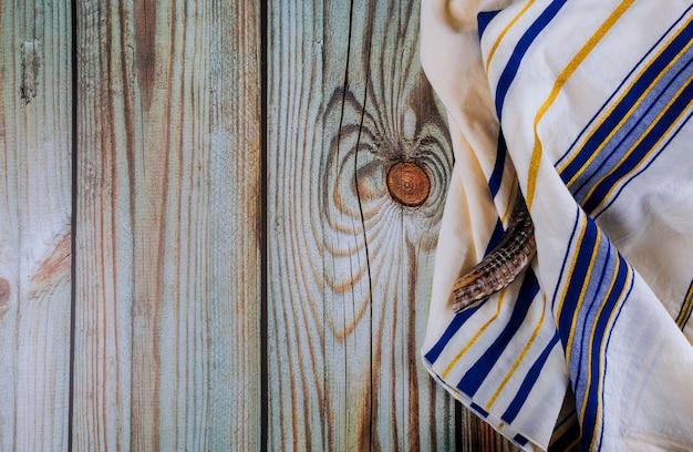 Juif orthodoxe priant châle tallit et symbole religieux juif shofar