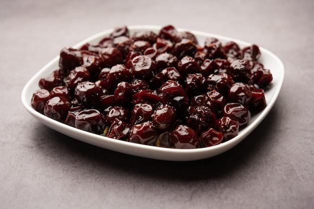 Jujube indien, baie ou ber bouilli dans du sirop de jaggery au goût aigre-doux appelé labdo, snack saisonnier typique au bord de la route