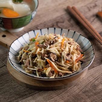 Julienne de viande de porc frite avec de l'eau râpé de bambou
