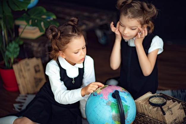 Jumeaux examinant le globe