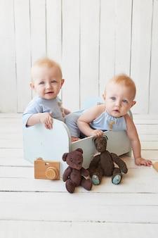 Jumeaux garçons en pyjama bleu avec des ours en peluche