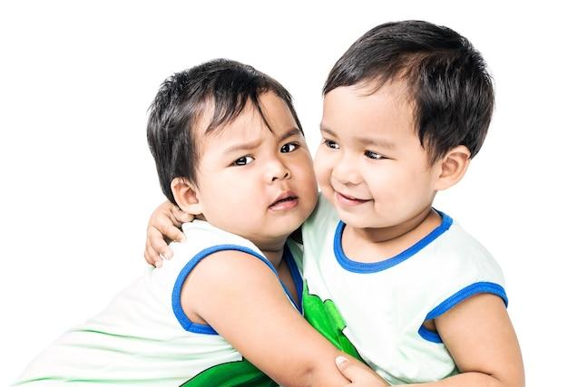 Jumeaux mignons petits garçons dans des vêtements identiques