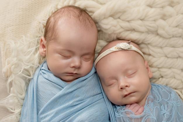 Jumeaux nouveau-nés, frère et sœur, grossesse multiple.