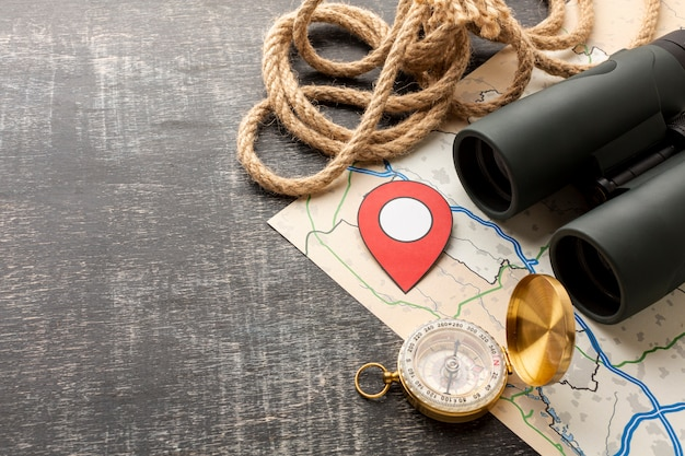 Jumelles et compas de voyage en gros plan