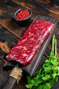 Jupe crue ou steak de viande de bœuf à la machette sur une planche à découper.