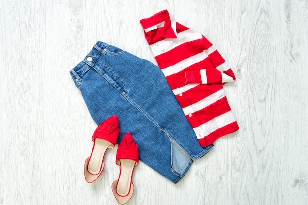 Jupe en jean, chaussures rouges, chemise blanche et rouge, collage