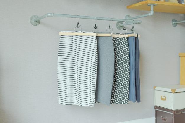 Jupes suspendus sur une tringle à vêtements de style industriel dans un placard