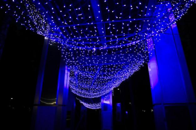 Jurmala, lettonie - 5 décembre 2018 : illuminer les lumières de noël en forme de vague. parc de nuit d'hiver à jurmala en lettonie.