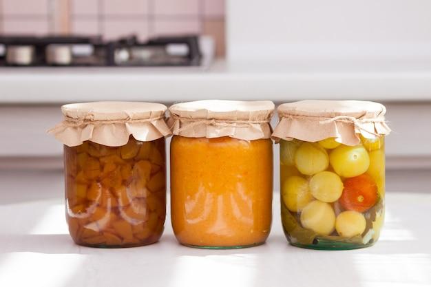 Jurs en verre de divers foon conservés, en conserve dans la cuisine en journée ensoleillée.