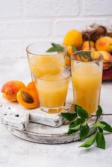 Jus d'abricot en verre. boisson saine