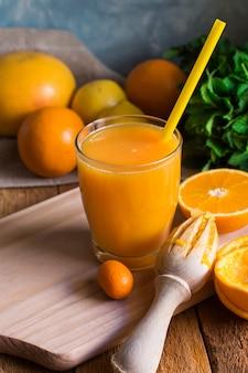 Jus d'agrumes fraîchement pressés à partir de citrons verts, citrons verts, citrons verts, verre avec paille