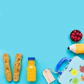 Jus et des aliments sains près de lunchbox et étui à crayons