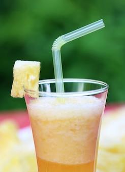 Jus d'ananas dans un verre en plein air