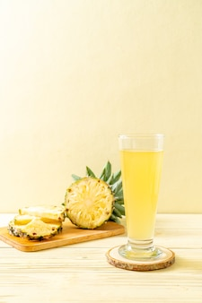 Jus d'ananas frais sur table en bois