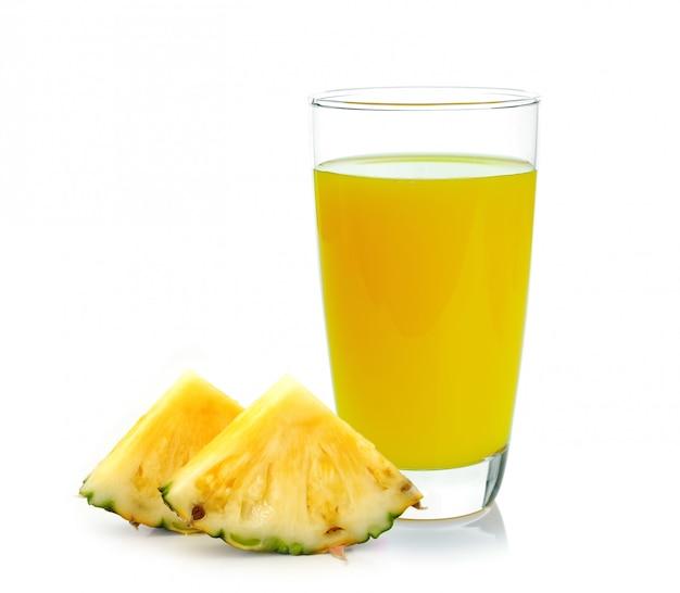 Jus d'ananas isolé sur blanc
