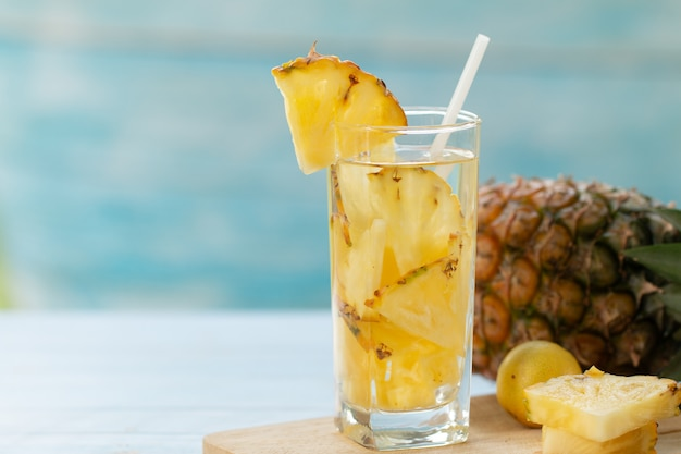 Jus d'ananas en morceaux boisson saine ananas et boisson aux fruits d'été concept