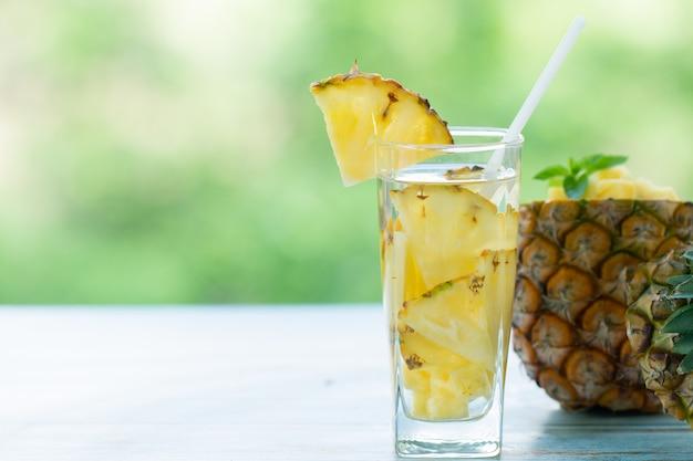 Jus d'ananas en morceaux boisson saine ananas et boisson aux fruits d'été