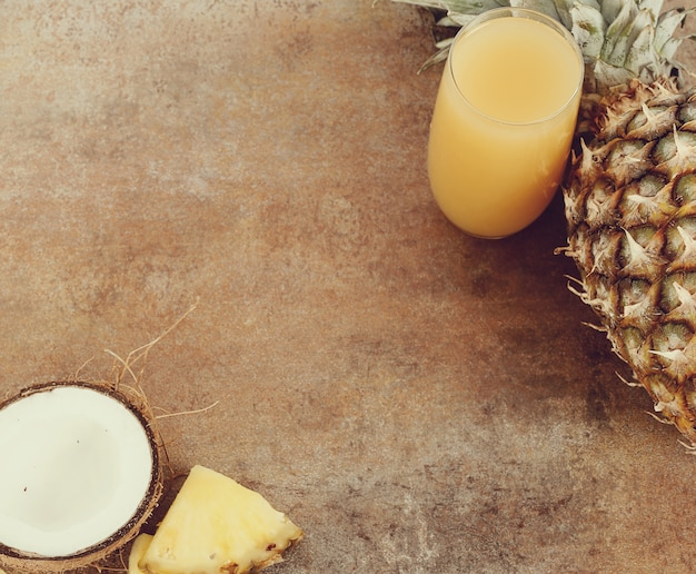 Jus d'ananas et de noix de coco sur verre