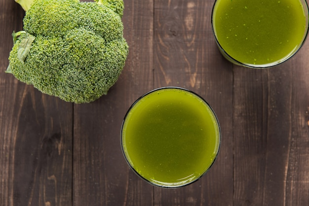 Jus de brocoli sur table en bois.