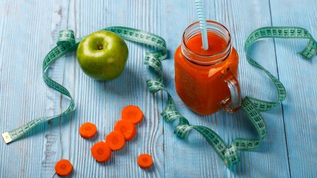 Jus de carotte frais. boisson rafraîchissante en été.